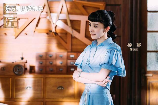 杨幂霍建华三度合作,《筑梦情缘》首播收视率夺冠!杨幂剧中走Audrey Hepburn路线太美太正大受欢迎。